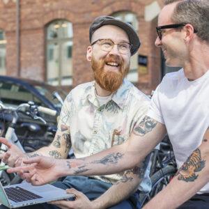 osynlig kompetens potential rekrytering två glada män skrattar